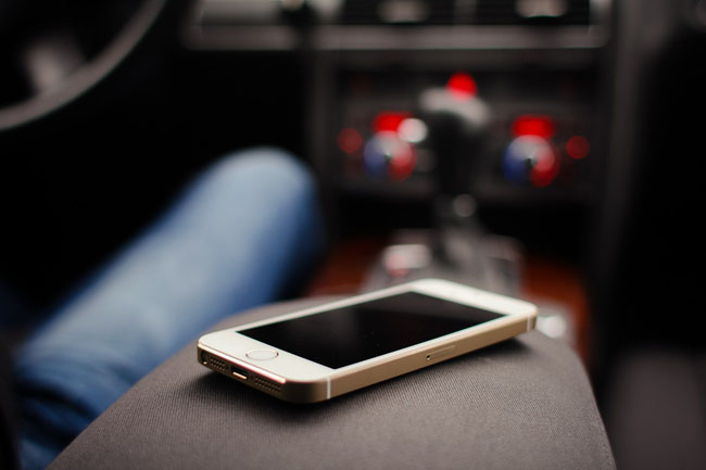 iphone-5s-gold-in-car