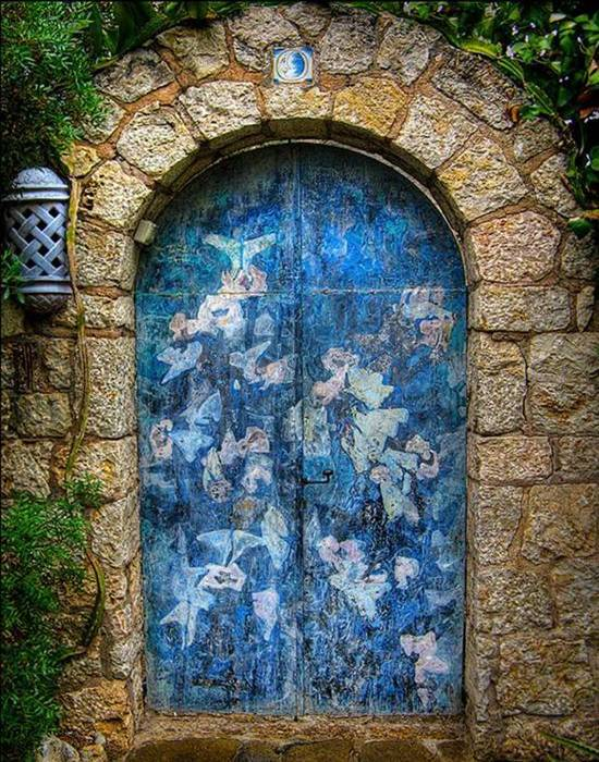 Awesome Doors That Seem to Open to Magical World