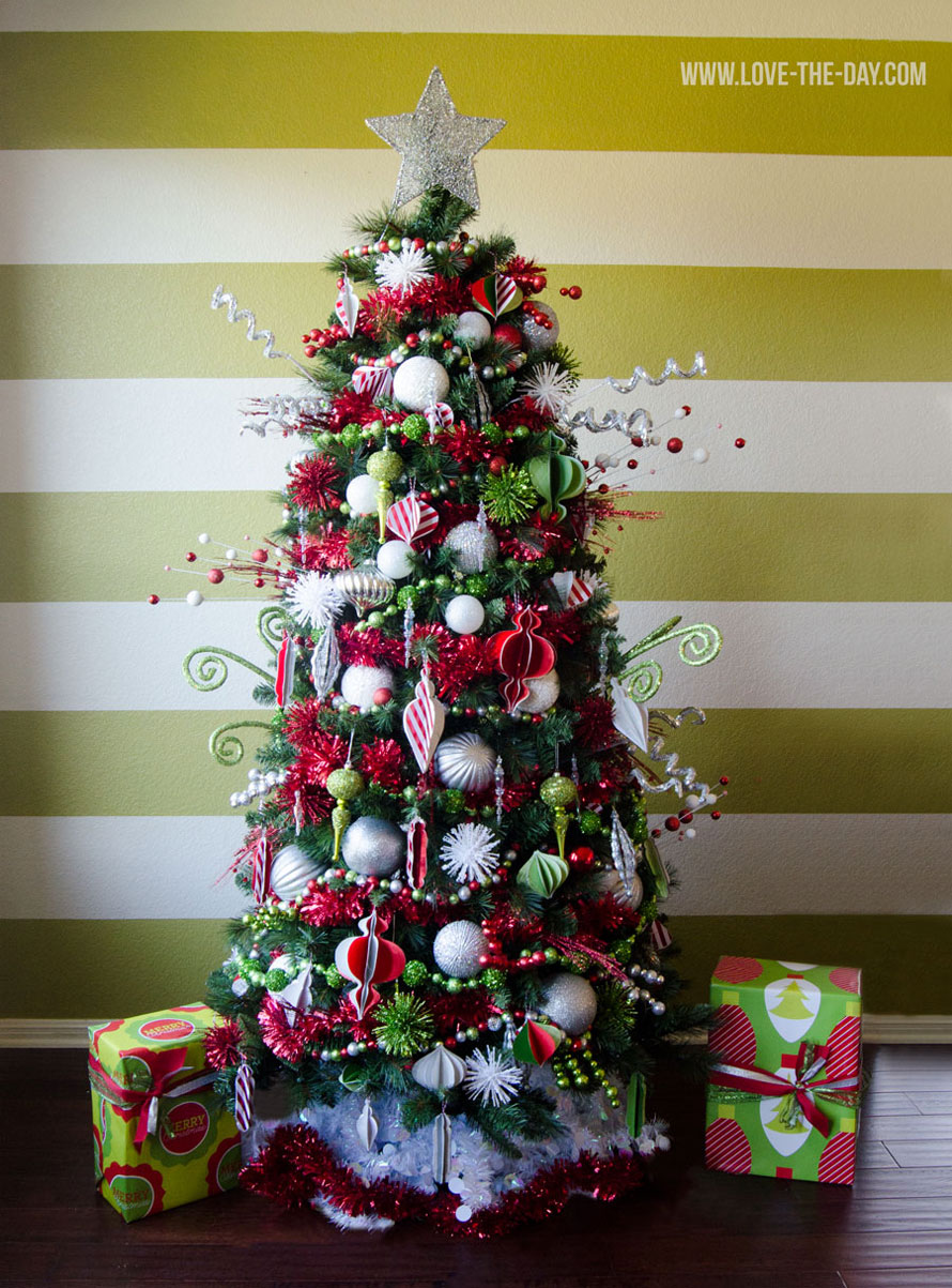 25 awesome christmas tree decorating ideas 2016 designmaz for Green christmas tree red decorations