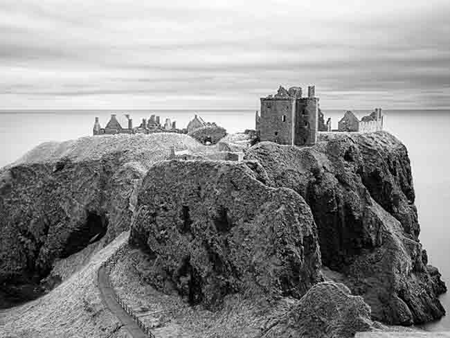 dunnottar_castle_black_and_white-wallpaper-