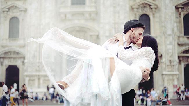 wedding_couple_kissing_street_happiness