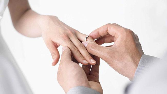 wedding_rings_hands_groom_bride